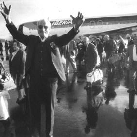 Break emigrants. Reunion on the airport runway.