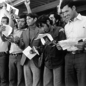 Spanish grape-gatherers at the temporary shelter in Figueres. 1976 Photographer: Pablo L. Monasor