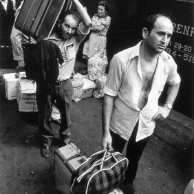 Grape-gathers from Murcia at the train station in Figueres. September 1976. Photographer: Pablo L. Monasor