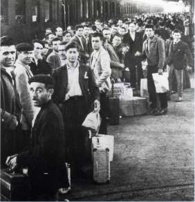 Italy, 50'. The picture shows emigrants leaving in a train station.