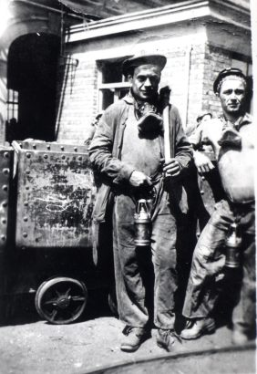 Migrants from Umbria (Italy) at the mine's entrance. Belgium, Liegi, 1951.