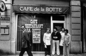 "Elías Rodríguez with the team of chefs and waiters at the door of the ""Café de la Botte"". Genève, 1978 Photographer: Pablo L. Monasor"
