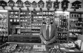 "Spanish clock maker's shop at the neighbourhood ""Carnavin"". Genève, 1977 Photographer: Pablo L. Monasor"