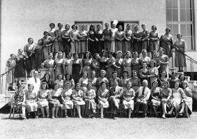 "Group photo of the women workers at the ""Conserven Hero"" company in Lenzburg, Argovia, in Switzerland, 1950 ca."