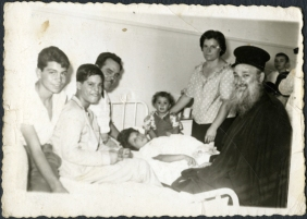 Elisabeth, sick, in hospital with his family (Greece, to the late 50s)