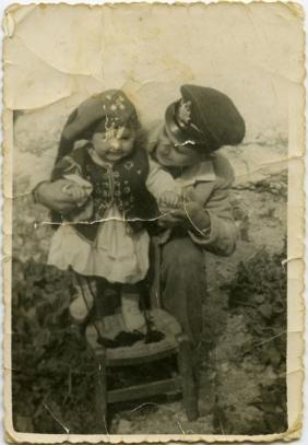 Aphrodite con su hermano mayor (Kalymnos, 1960)