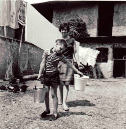 Portrait of Derna in the courtyard of the mother. Bradford 1965